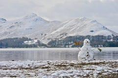 Bonhomme de neige sur Derwentwater photos stock