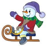 Bonhomme de neige sur l'image 1 de thème de traîneau Image libre de droits