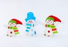 Bonhomme de neige sur la neige Photographie stock