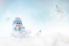 Bonhomme de neige sur le fond de l'hiver Photo stock