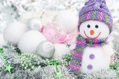 Bonhomme de neige sur le fond des boules de Noël Images stock