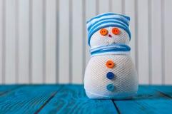Bonhomme de neige sur le fond en bois bleu Avec vide Image libre de droits
