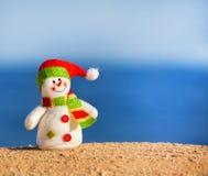 Bonhomme de neige sur le sable Photos libres de droits