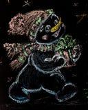 Bonhomme de neige tiré avec un arbre de Noël sur le fond noir handmade craie colorée de dessin Photo stock