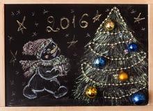 Bonhomme de neige tiré avec un arbre de Noël sur un fond noir handmade Photo libre de droits