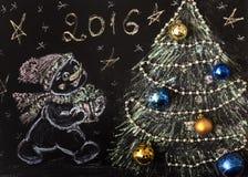 Bonhomme de neige tiré avec un arbre de Noël sur un fond noir handmade Image stock
