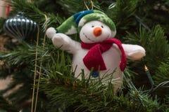 Bonhomme de neige Toy Decoration Hanged mou sur l'arbre de Noël Image stock