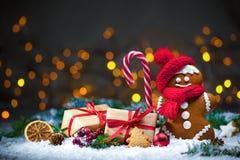 Bonhomme en pain d'épice avec des cadeaux de Noël Images stock