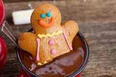 Bonhomme en pain d'épice avec du chocolat chaud Photographie stock libre de droits