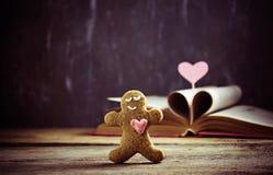 Bonhomme en pain d'épice d'†de biscuits de Valentine «avec le coeur Photographie stock