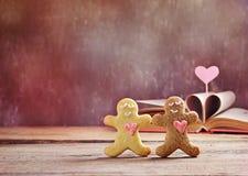 Bonhomme en pain d'épice de biscuits de Valentine avec le coeur Image stock