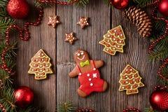 Bonhomme en pain d'épice de Noël, étoiles et arbres de fourrure Photographie stock libre de droits