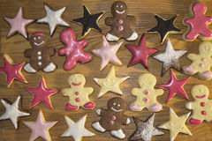 Bonhomme en pain d'épice et biscuits en forme d'étoile Photo libre de droits