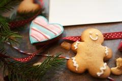 Bonhomme en pain d'épice et coeur avec la carte de voeux vierge Photo libre de droits