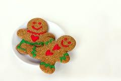 Bonhomme en pain d'épice et femme de Noël du plat d'isolement Photo libre de droits