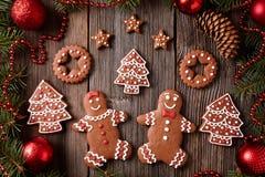 Bonhomme en pain d'épice et femme, sapin, étoiles, Noël Images stock