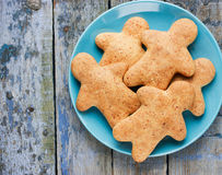 Bonhomme en pain d'épice fait maison de biscuits de Noël Images libres de droits