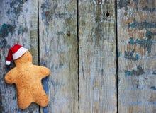 Bonhomme en pain d'épice sur le fond en bois Photo stock
