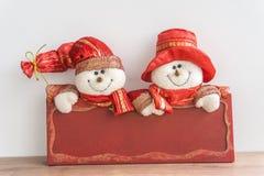 Bonhommes de neige avec le conseil rouge image libre de droits
