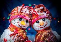 Bonhommes de neige d'amour snowfall Concept d'amour Carte de voeux de jour du `s de Valentine Photo stock