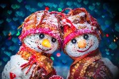 Bonhommes de neige d'amour snowfall Concept d'amour Carte de voeux de jour du `s de Valentine Photographie stock libre de droits