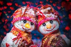 Bonhommes de neige d'amour snowfall Concept d'amour Carte de voeux de jour du `s de Valentine Photos stock