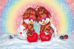 Bonhommes de neige d'amour snowfall Concept d'amour Carte de voeux de jour du `s de Valentine Image stock