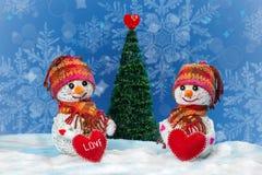 Bonhommes de neige d'amour snowfall Concept d'amour Carte de voeux de jour du `s de Valentine Images stock
