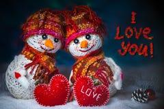 Bonhommes de neige d'amour snowfall Concept d'amour Jour de Valentines heureux de carte de voeux Image stock