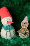 Bonhommes de neige de jouet sur le fond vert Images libres de droits