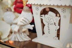 Bonhommes de neige en bois de figurines de Noël sur l'étagère Images libres de droits