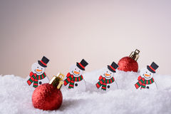 Bonhommes de neige et boules d'ornement de Noël dans la neige Photos libres de droits