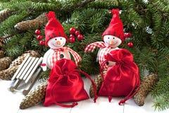 Bonhommes de neige heureux avec la décoration de Noël Photos libres de droits