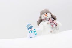 Bonhommes de neige heureux famille ou amis d'hiver Image libre de droits