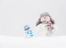 Bonhommes de neige heureux famille ou amis d'hiver Images stock