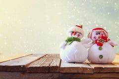 Bonhommes de neige mignons sur la table en bois Photos libres de droits