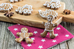 Bonhommes en pain d'épice de Noël avec des plusieurs l'autre pain d'épice Photos stock