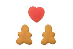 Bonhommes en pain d'épice et un coeur Images stock