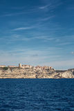 Bonifacio在可西嘉岛在Mediterra上的白色峭壁栖息 免版税库存图片