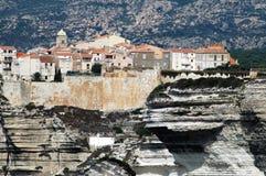 bonifacio峭壁可西嘉岛老海运城镇 免版税库存图片