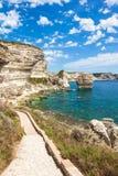 Bonifacio峭壁海岸岩石看法,可西嘉岛海岛,法国 免版税库存照片