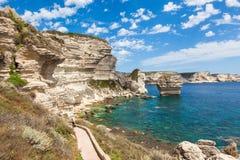 Bonifacio峭壁海岸岩石看法,可西嘉岛海岛,法国 免版税图库摄影