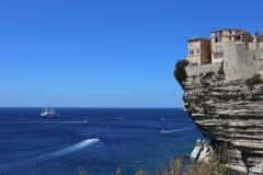 Bonifacio, город построенный на белых скалах стоковое изображение rf
