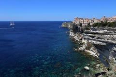 Bonifacio, город построенный на белых скалах стоковые изображения rf