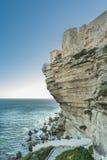 Цитадель и дома Bonifacio над возвышаясь белыми скалами Стоковые Изображения RF