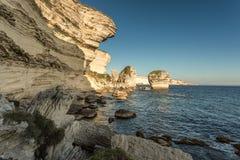 Белые скалы, стога и среднеземноморское на Bonifacio в Корсике Стоковая Фотография