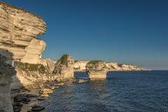 Белые скалы, стога и среднеземноморское на Bonifacio в Корсике Стоковое Изображение RF
