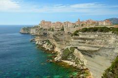 在古镇Bonifacio附近的海岸 库存图片