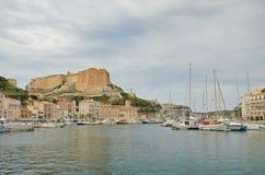 沿海城市Bonifacio在地中海海岛可西嘉岛 库存图片