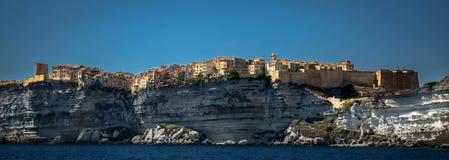 Bonifacio, een Corsicaanse stad bouwde op een kalksteenberg voort Royalty-vrije Stock Afbeeldingen